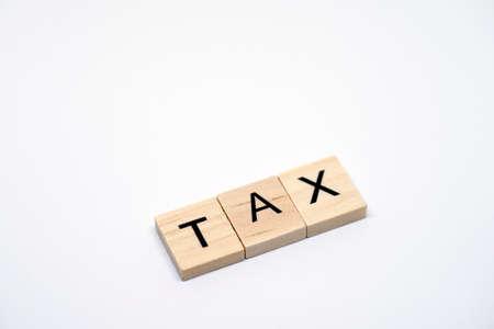 白い背景に「税」木製文字