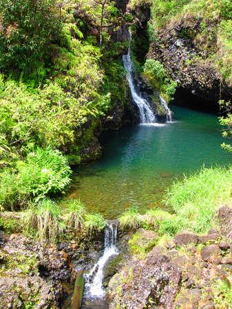 Water vallen langs de weg naar Hana, Maui, Hawaï