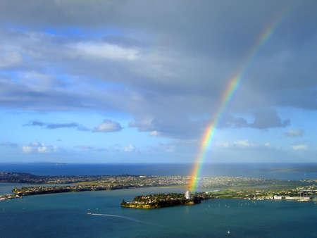 the end of a rainbow: Arco iris sobre Stanley Bay, Auckland, Nueva Zelanda