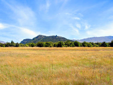 Field of Long Dry Grass in front of Mount Iron. Wanaka, New Zealand Reklamní fotografie