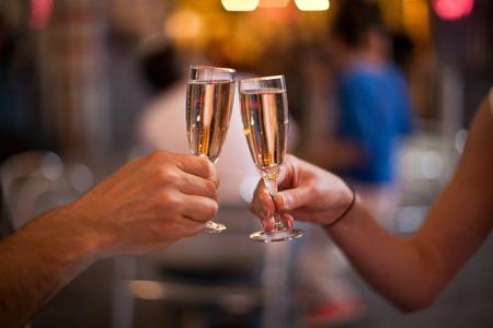 brindisi spumante: Incitare con un bicchiere di champagne Archivio Fotografico