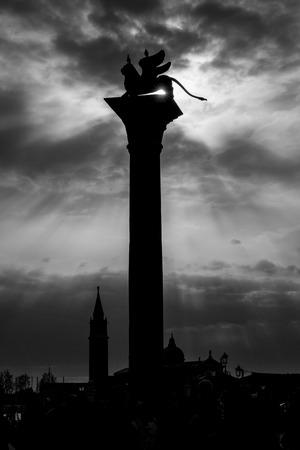 leon con alas: León alado de San Marcos, en la luz de fondo, de Venecia. Italia