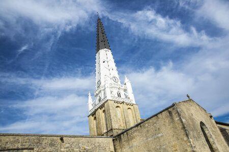 Village of Ars en Re with Saint-Etienne church spire, Ile de Re, France 免版税图像