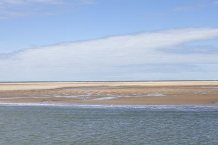 paysage balnéaire maritime avec de l'eau, banc de sable et nuage blanc, garonne estuaire près de Royan, France
