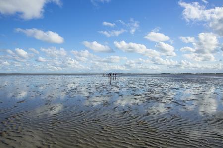 Maritieme landschap met reflectie van wolken in eb water, Waddenzee, Friesland, Nederland
