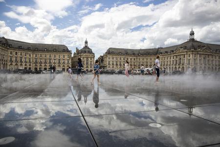 ボルドー, フランス - 2015 年 4 月 25 日: ル ミロワール d ' eau、ミシェル ・ Corajoud、人々 と楽しく温かみのある第 1 の 1 つが今年の春の日の風景が
