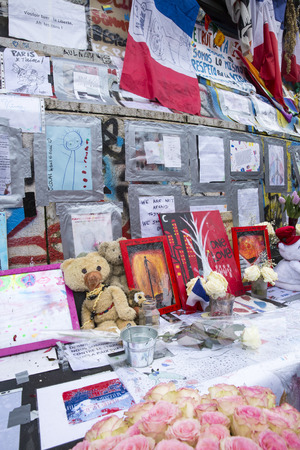 fraternidad: PARIS, FRANCE - January 10, 2016: ceremony to commemorate victims of the bombing and shooting rampage, commemoration of Charlie Hebdo terrorist attack and of Marches Republicaines demonstration