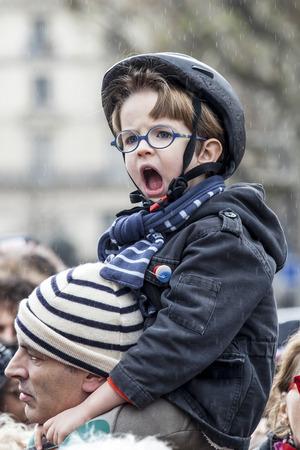 fraternidad: PARIS, FRANCIA â ? »10 de enero de, 2016: ceremonia para recordar a las víctimas del bombardeo y tiroteo, conmemoración de Charlie Hebdo ataque terrorista y de manifestación Marchas républicaines