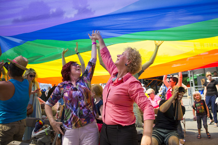 암스테르담, 네덜란드 -2006 년 7 월 23 일 : 게이 EuroPride- 핑크 토요일 축 하 동안 무지개 아래 재미 Vondelpark 야외 극장에서 공공 네덜란드 에디토리얼