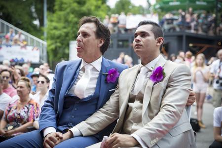 """Amsterdam, Nederland â ? """"23 juli 2016: huwelijk van Lucien Spee, directeur van de Amsterdam Gay Pride vereniging, en Victor bij Vondelpark tijdens de Roze Zaterdag Gay Euro Pride festiviteiten Stockfoto - 72250873"""