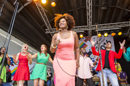 "vangelo aperto: Amsterdam, Paesi Bassi â ? ""23 LUGLIO 2016: ZO Gospel Choir esibendosi al teatro all'aperto Vondelpark per le Europride Rosa sabato celebrazioni Editoriali"