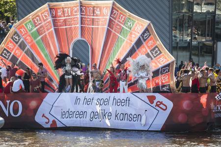 """sexualidad: Ámsterdam, Países Bajos â ? """"Agosto 06, 2016: participantes en el evento anual para la protección de los derechos humanos y la igualdad civil - Marcha del Orgullo Gay en los canales durante Europride 2016"""