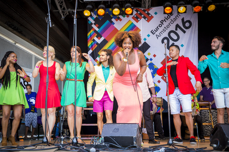 vangelo aperto: Amsterdam, the Netherlands – July 23, 2016: ZO gospel choir performing at the open air theater in Vondelpark for the Euro Pride Pink Saturday celebrations Editoriali