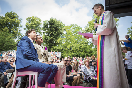 identidad cultural: Amsterdam, the Netherlands – July 23, 2016: wedding ceremony of Lucien Spee, director from Amsterdam Gay Pride  association, and Victor at Vondelpark during Pink Saturday Gay Euro Pride celebrations Editorial