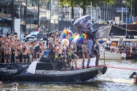 """transexual: Ámsterdam, Países Bajos â ? """"Agosto 06, 2016: participantes en el evento anual para la protección de los derechos humanos y la igualdad civil - Marcha del Orgullo Gay en los canales durante Europride 2016"""