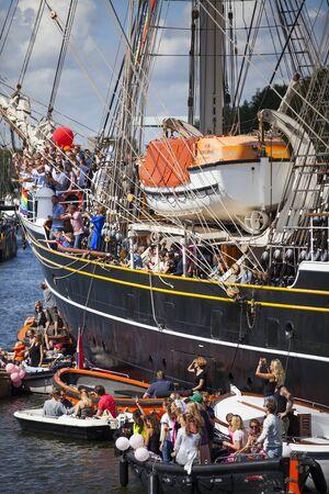 sexualidad: Amsterdam, Países Bajos - 06 de agosto de 2016: las personas de fiesta en el velero 3 mástil Clipper Stad Amsterdam durante el evento anual para la protección de los derechos humanos y la igualdad civil Gay Pride Parad