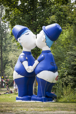 identidad cultural: Amsterdam, the Netherlands - July 23, 2016: 2 Blue Dutch Holland inflatable kissing men figurines in the Vondelpark for during Pink Saturday part of the Gay Euro Pride celebrations