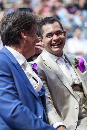 transexual: Amsterdam, Holanda - 23 de julio, 2016: ceremonia de la boda de Lucien Spee, director de la asociación Orgullo Gay de Ámsterdam, y Víctor en Vondelpark durante las celebraciones del Sábado rosa Gay Europride