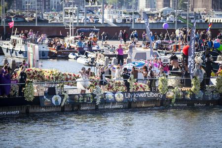 identidad cultural: Amsterdam, Holanda - 06 de agosto 2016: participantes en el evento anual para la protección de los derechos humanos y la igualdad civil - Marcha del Orgullo Gay en los canales durante Europride 2016 Editorial