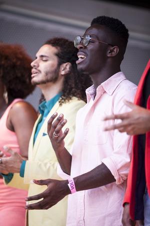 identidad cultural: Amsterdam, Holanda - 23 de julio, 2016: ZO coro de gospel actuando en el teatro al aire libre en el parque Vondelpark para las celebraciones del Europride Sábado rosa