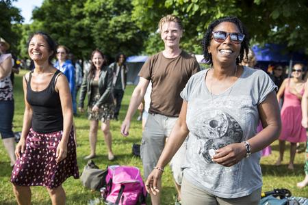danza africana: Ámsterdam, Países Bajos - julio 5 de 2015: taller de danza africana durante Amsterdam Roots Open Air, un festival cultural celebrado en el Parque Frankendael en 05072015 Editorial