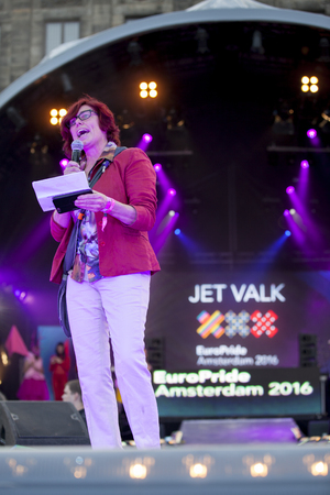 identidad cultural: Amsterdam, the Netherlands - July 23, 2016: opening party on Dam square during Pink Saturday celebrations of the Gay EuroPride, Jet Valk speech, directior of association Roze Zaterdag (Pink Saturday)