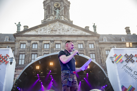identidad cultural: Amsterdam, the Netherlands - July 23, 2016: opening party on Dam square during Pink Saturday celebrations of the Gay EuroPride, speech of Organisor of EuroPride Amsterdam 1994, Hans Verhoeven Editorial