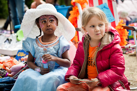 racismo: Ámsterdam, Países Bajos, 30 de Abril de 2014: celebración de la fiesta nacional el día del Rey - día del rey - se celebra cada año el 30 de abril en todo el país para celebrar el cumpleaños del Rey Willem Editorial
