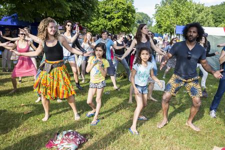 danza africana: �msterdam, Países Bajos - julio 5 de 2015: taller de danza africana durante Amsterdam Roots Open Air, un festival cultural celebrado en el Parque Frankendael en 05072015
