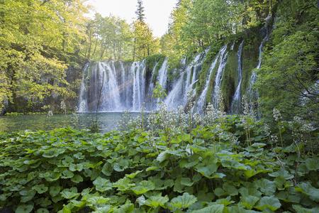 jet stream: Cascada en el Parque Nacional de los Lagos de Plitvice, Croacia