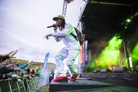 Traena, Norvège - 8 juillet 2017: concert du groupe de rap hip-hop africain African Sunz au Traenafestival, festival de musique qui se déroule sur la petite île de Traena Banque d'images - 83899486