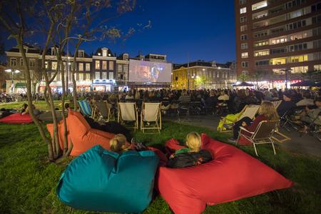 Amsterdam, Holandia - 22 sierpnia 2018: plenerowy pokaz brazylijskiego filmu Benzinho na Marie Heinekenplein, podczas World Cinema Amsterdam, światowego festiwalu filmowego w dniach od 16 do 25/08/2018 Publikacyjne