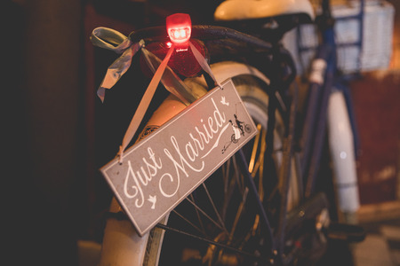 back of a bike with a sign saying Just Married Stockfoto
