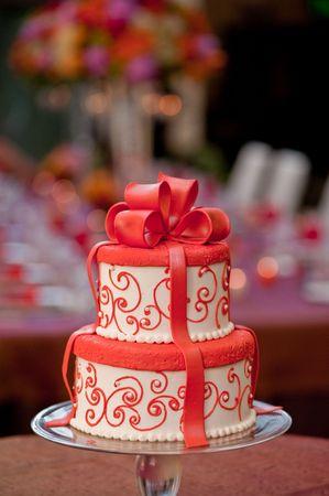 Un pastel de boda blanco y rojo Foto de archivo