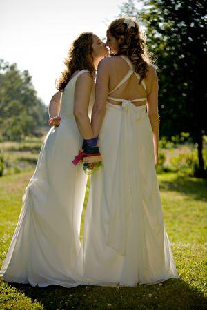 homosexuales: Mujeres reci�n casados se besan Foto de archivo