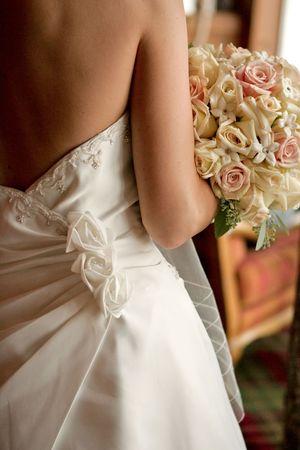 Een vorige weergave van een bruid met haar bouquet Stockfoto