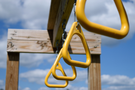 pull toy: Vista desde abajo de Monkey Bar Anillos Colgantes de Playset de madera Viga