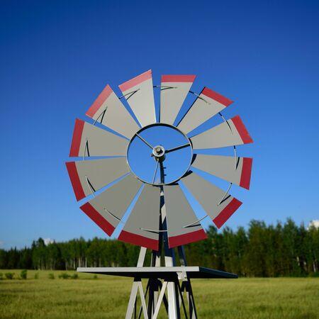 Molino de viento decorativo en el campo de la granja Foto de archivo