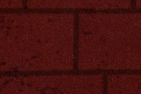 빨간 벽돌에서 신문의 근접 촬영 세부 사항