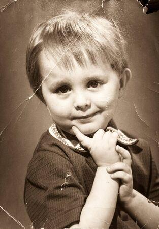 vintage foto: Vintage photo. Gescheurde en armoedige portret van de kleine jongen