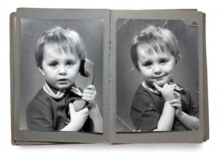 Oude album met de kinderen armoedige foto's (geïsoleerd)