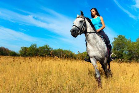Bella ragazza a cavallo sulla natura  Archivio Fotografico - 7782221
