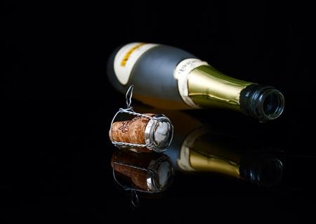 brindisi champagne: Bottiglia closeup, discesa e sughero
