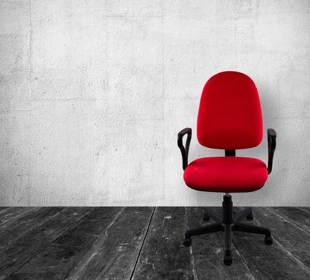 oficina desordenada: Silla de oficina en el interior de la vendimia Foto de archivo