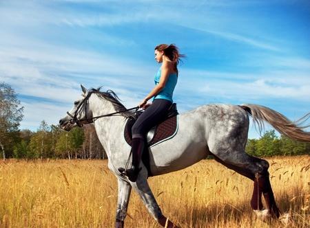 Mädchen auf einem Pferd Standard-Bild