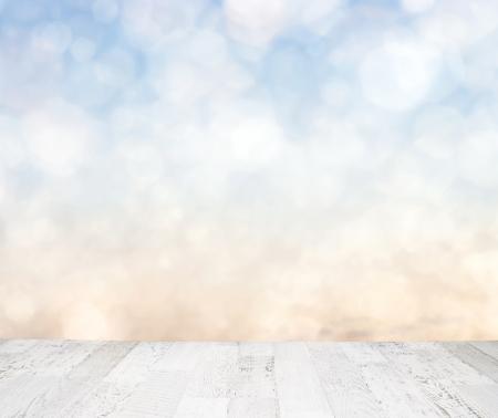 Blauwe hemel achter houten vloer