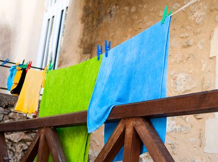 ropa colgada: El secado se lava la ropa en el patio Foto de archivo