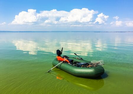 Opblaasbare boot in de kalme rivier in zonnige dag