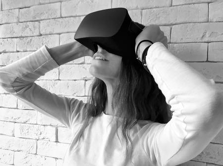 Vrouw die door virtueel werkelijkheidsapparaat kijkt Stockfoto