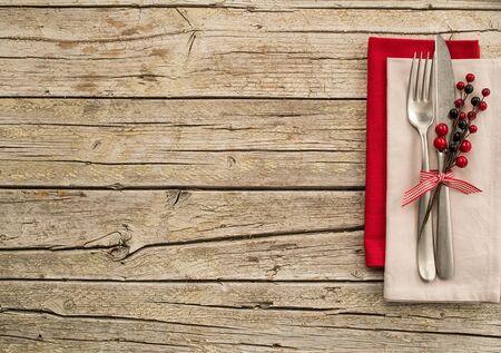 decoracion mesas: utensilios de cocina cubiertos en viejo fondo de tablas de madera